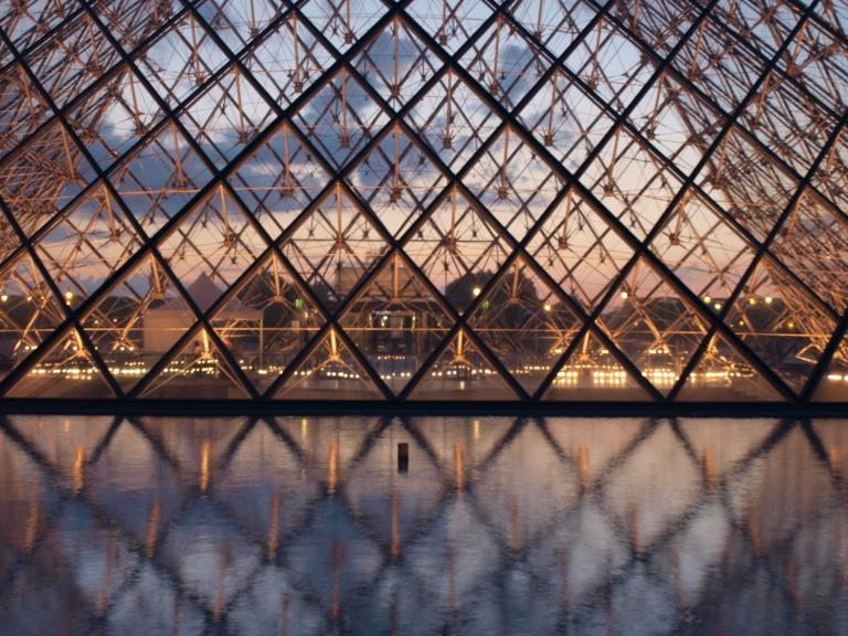 Pyramide du louvre a Paris